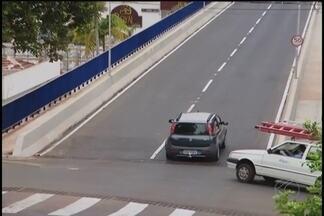 Viaduto da Rua Olegário Maciel é liberado para tráfego em Uberlândia - Depois de um ano e cinco meses, trecho que passa por cima da Avenida Rondon Pacheco foi liberado no domingo (20).