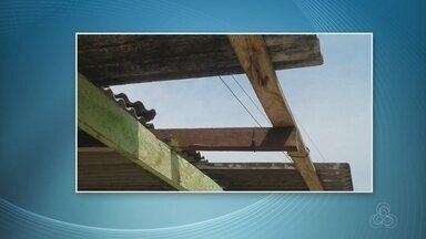 Temporal causa destelhamentos em Iranduba, no AM - Árvore caiu e fornecimento foi cortado.
