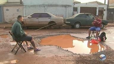 Moradores do Jardim Salgado Filho em Ribeirão Preto cobram conserto de buraco - Em julho, vizinhos fizeram 'pescaria' no vazamento de água como forma de protesto.