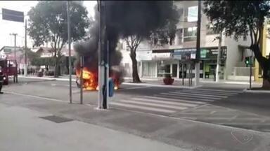 Carro pega fogo em avenida no Centro de Linhares, ES - Quatro pessoas estavam dentro do veículo, mas ninguém se feriu. Motorista contou que estava parado no sinal quando o carro começou a pegar fogo.