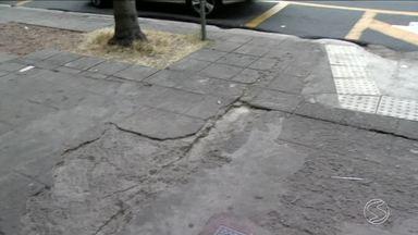 Más condições das calçadas em centro comercial de Volta Redonda, RJ, preocupam pedestres - Problema é na Vila Santa Cecília. Calçadas estão irregulares, com as pedras soltas e formando buracos.