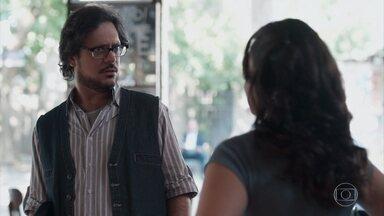 Roney fica nervoso com a conversa de Deco e Keyla - Josefina ri e tranquiliza o namorado