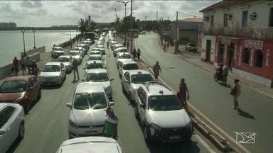 Trânsito em São Luís travou nesta segunda por conta de protesto de taxistas - O trânsito em São Luís deu um nó na manhã desta segunda-feira (21) por causa de um protesto de taxistas no Centro da cidade.