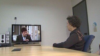 Audiodescrição em TV Digital ajuda deficientes visuais acompanharem programação - Recurso narra em tempo real os acontecimentos de filmes, programas de entretenimento e também jornais noticiosos.