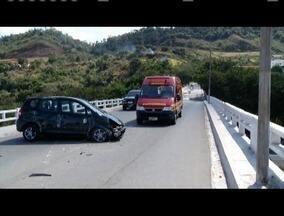 Pedestre morre após ser arremessado de ponte em acidente no Vale do Aço - Segundo a Polícia Militar, vítima foi atingida por um carro que transitava em zigue-zague e capotou; causas do acidente serão investigadas.