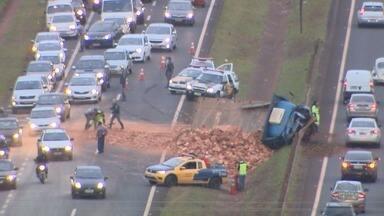 Caminhão com tijolo tomba e causa congestionamento em Ribeirão Preto - Carga tomou conta do canteiro central e do asfalto no Anel Viário Sul.