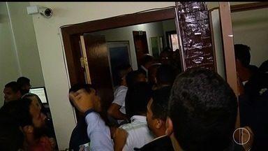Sessão que julgava prefeito de Búzios, RJ, é suspensa por falta de segurança - Decisão foi tomada na tarde desta segunda-feira (21) após discussão entre advogado de defesa de André Granado e o presidente da Câmara.
