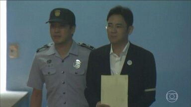 Herdeiro da Samsung vai para cadeia por corrupção, na Coreia do Sul - O bilionário Lee Jae-Yong foi condenado a cinco anos de prisão por corrupção, suborno e dinheiro público.
