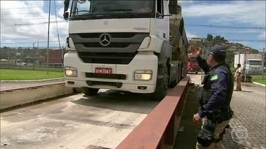 Faltam balanças para fiscalizar transporte de cargas em caminhões - Em todo o Brasil, apenas cinco estados têm balanças para pesar os caminhões e verificar se eles levam excesso de cargas.