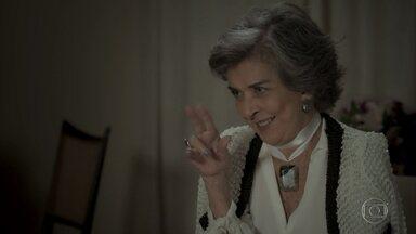 Elvira elogia gesto romântico de Rubinho - Esposa de Garcia critica a forma como Heleninha cuida da casa
