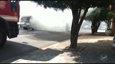 Kombi pega fogo no Bairro Vila Maria Helena, em Indaiatuba; vídeo - Telespectador registrou o momento em que o Corpo de Bombeiros conteve as chamas.