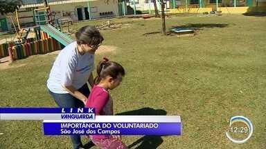Voluntários se unem para ajudar boas causas - Segunda-feira é celebrado o Dia do Voluntário.