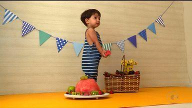 Ensaio fotográfico Smash the Fruit faz sucesso em Petrolina - No ensaio, as crianças devoram um bolo feito com frutas.
