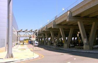Carro cai de uma altura de 11 metros e mata duas pessoas no aeroporto de Viracopos - Acidente ocorreu às 7h17 deste sábado e matou duas mulheres; motorista perdeu o controle do veículo na área de embarque.