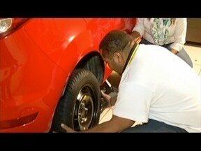 Aprenda como trocar o pneu do carro - Muitas mulheres têm dificuldade na hora de trocar o pneu.