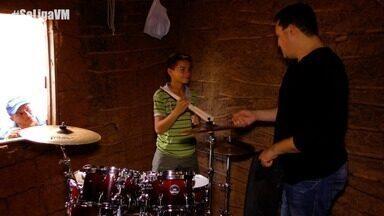 Baterista Riquelme prepara surpresa para jovem talento musical - O jovem Claudinho ganha presente de artista