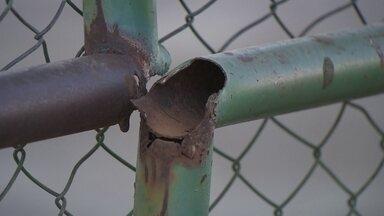 Moradores reclamam do abandono das áreas de lazer em Taguatinga - No ponto de encontro comunitário da QNL 24, 70% dos aparelhos de ginástica estão quebrados. No parque infantil, o portão não funciona e cachorros entram na área destinada a crianças.