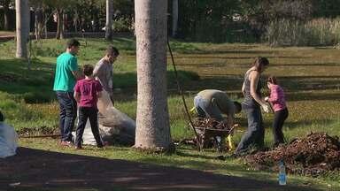 Acadêmicos se reúnem e fazem mutirão de limpeza no Parque Monjolo em Foz - São acadêmicos do curso de Ciências Contábeis.