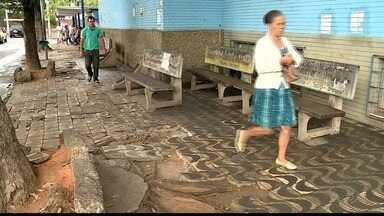 Calçadas em más condições complicam passagem de pedestres em Colatina, ES - Há desníveis, buracos e tapumes que ocupam mais da metade das calçadas.