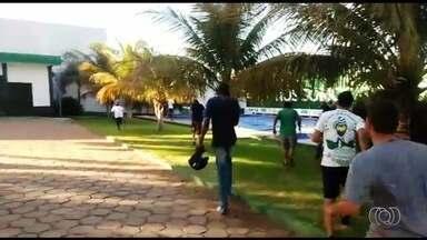 Torcedores do Goiás invadem Centro de Treinamento do time e agridem jogador - Zagueiro Bruno Aguiar teve ferimento no lábio e foi levado para hospital.