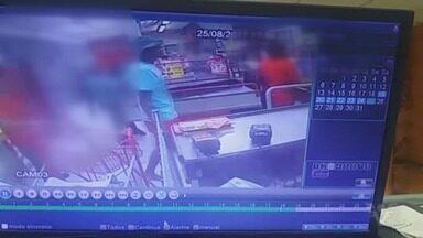 Imagens flagram grupo armado invadindo e assaltando supermercado em São Vicente - Até o momento, ninguém foi preso.