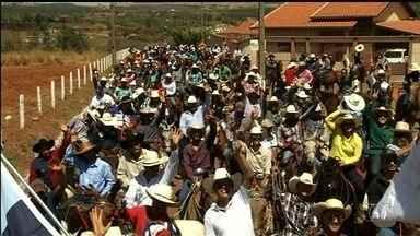 Cavalgada reúne mais de 2 mil cavaleiros em Campo Limpo de Goiás - Evento é a preparação para a Festa de Peão da cidade, que começa na próxima quinta-feira.