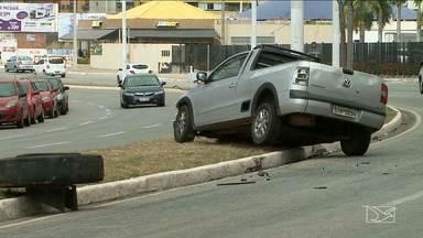 Acidente é registrado na Avenida dos Holandeses em São Luís - Motorista perdeu o controle do carro e bateu em traseira de caminhão pipa.