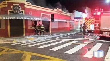 Incêndio destrói restaurante e atinge loja de roupas em São José dos Campos - Chamas começaram no estabelecimento durante a madrugada. Sala de local especializado em locação de roupas para festas também foi atingida.