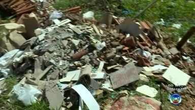 Moradores de bairro de Bauru reclamam de lixo em terreno baldio - Moradores do Núcleo Geisel, em Bauru, reclamam do lixo jogado em um terreno baldio no bairro. O problema é que a situação é recorrente e acaba ajudando na proliferação de doenças.