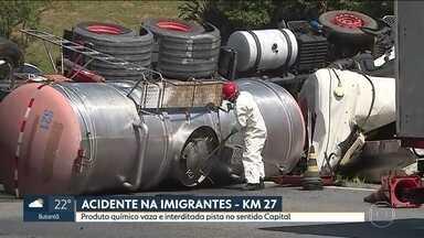 Caminhão com produto químico tomba na Rodovia Imigrantes - A pista sentido capital está interditada porque vazou soda cáustica do veículo.