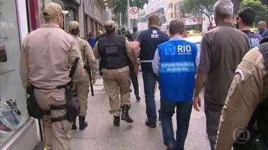 A prefeitura fez uma operação contra camelôs irregulares, em Copacabana - A Ação faz parte de um projeto da prefeitura, pra ordenar o espaço público e regularizar o comércio ambulante, na cidade