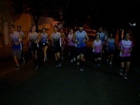 Amigos se unem para correr no período noturno - Confira a história deste grupo no quadro 'Praticando Esporte'.