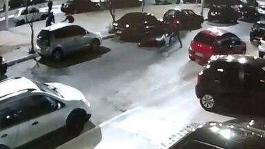 Câmera de segurança registra assassinato de dois jovens em Contagem - Imagens são fortes. Suspeitos sacam armas e atiram contra os rapazes, que andavam por um rua do centro.