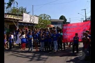 Estudantes protestam contra falta de estrutura em escola de Ananindeua - Alunos da Escola Estadual Padre Orione interditam os dois sentidos da avenida Transcoqueiro, na manhã desta terça, 29.
