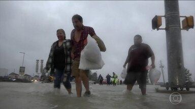 Houston está debaixo d´água e já se prepara para mais chuva causada por Harvey - A tempestade tropical Harvey volta na quarta-feira ao continente e deve provocar mais estragos. O número de mortos subiu para 10 e milhares de pessoas estão desalojadas.