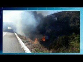 Motorista de caminhão perde controle da direção, tomba e o veículo pega fogo na BR- 251 - O caminhão seguia de Pernambuco a São Paulo.
