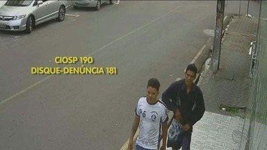 Polícia procura dupla que assaltou família na porta de casa - Polícia procura dupla que assaltou família na porta de casa.