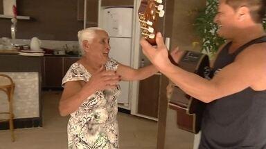 Cantor Leonardo surpreende moradora de Ceilândia Norte de 83 anos - No começo do mês, a Dona Maria Antônio saltou de paraquedas, mas faltava um sonho antigo: conhecer o cantor Leonardo.