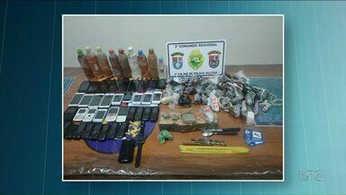 Polícia de Loanda encontra vários celulares e drogas em mochila de adolescente - O rapaz de 17 anos tentava jogar a mochila para dentro da cadeia da cidade.
