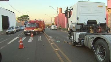 Mãe e filha são atropeladas por caminhão em avenida em Ribeirão Preto, SP - Mulher chegou a ser arrastada e foi levada em estado grave para o HC-UE.