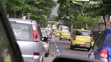 Polêmica sobre o corredor BRS no Rio: OAB diz que multas são ilegais; Cet-Rio diz que não - Ordem dos Advogados do Brasil afirma que faixas não poderiam ser azuis, pois a cor não está prevista na lei.