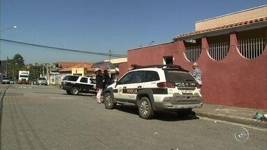 Polícia procura bandidos que entraram em casa de Jundiaí e atiraram em vítima - A polícia procura pelos suspeitos de uma tentativa de assalto a uma casa em Jundiaí (SP). A vítima reagiu e foi baleada, nesta terça-feira (29).