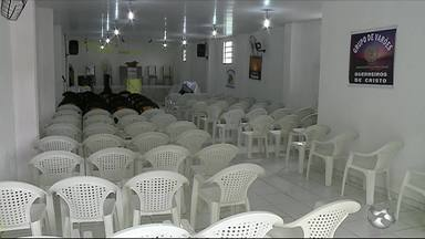 Dupla invade igreja evangélica e rouba grupo de jovens em Garanhuns - Criminosos roubaram os celulares das vítimas e um computador.