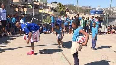 Adolescentes do Morro do Papagaio participam de partida de basquete com Globetrotters - Os atletas foram pioneiros na arte de apresentar o esporte aliando técnica e diversão.
