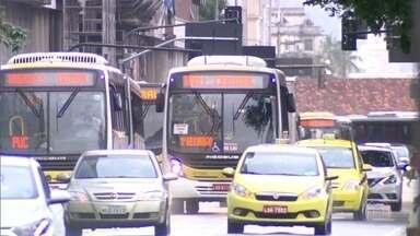 Ônibus que circulam no Rio acumulam mais de 40 mil multas em 2017 - Principais motivos das moltas são: não revelar quem são os motoristas infratores, exceder a velocidade e trafegar por pista que não deve. Empresas dizem que estão investindo em treinamento.