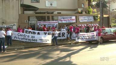 Professores de escolas estaduais de Foz do Iguaçu fazem paralisação - Eles se reuniram em frente ao Núcleo Regional de Educação. Apenas cinco escolas tiveram as atividades paralisadas.