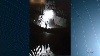 Criminoso deixa jovem quase nu durante assalto em rua de Aparecida de Goiânia - O assalto ocorreu por volta das 23h da última segunda-feira (28).