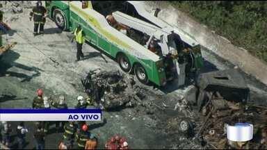 Acidente com 36 veículos provoca incêndio e mortes na Carvalho Pinto em Jacareí - Acidente aconteceu por volta das 7h40 na altura do Km 75.