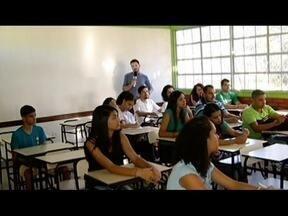 Grupo de professores dão aula voluntária em cursinho para pessoas carentes - Cursinho popular é realizado em Montes Claros.