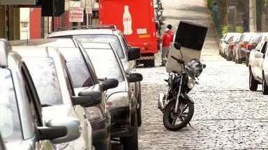 Falta de estacionamento rotativo gera chateação em moradores de Nova Friburgo, no RJ - Confira a seguir.